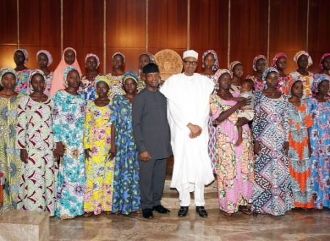 president-buhari-receives-21-chibok-schgirls-1